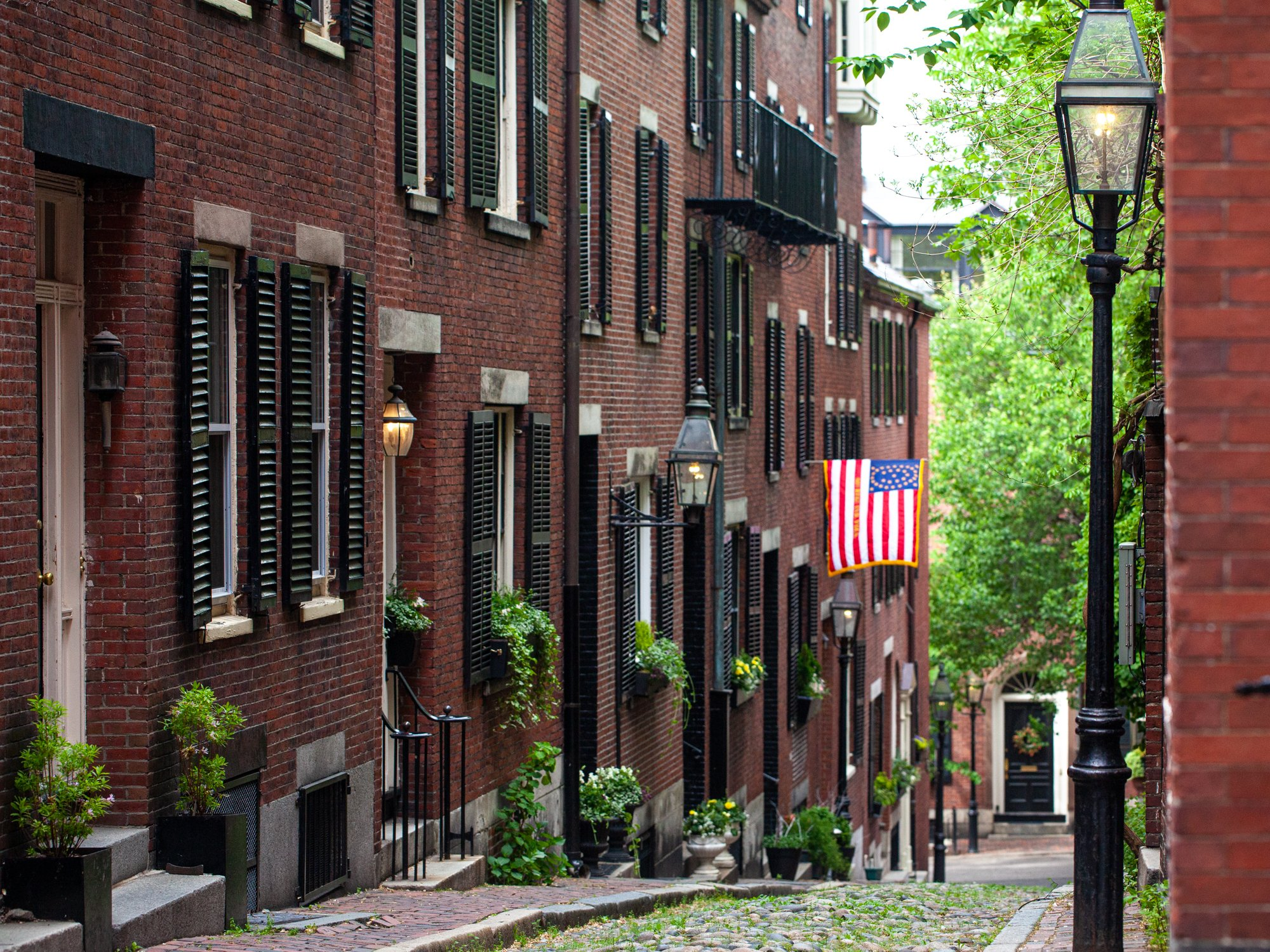 Discover my local photographer's guide to the most Instagram-worthy places to visit in Boston, including Acorn Street - the most Instagrammed street in Boston.
